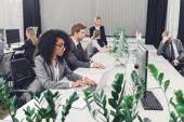 Fotografia professionale affari giovane multietnici che lavorano con dispositivi digitali in ufficio open space
