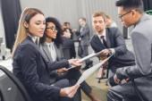 fiatal üzletemberek gazdaság papírok, és megvitatni a projekt iroda