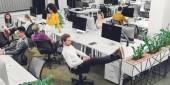 magas, szög, kilátás a többnemzetiségű fiatal munkatárs beszél, és működik a nyitott terű munkahely