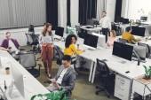 magas szög kilátás nyílt tér hivatalban dolgozó szakmai fiatal többnemzetiségű üzletemberek