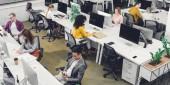 High-Winkel-Ansicht multiethnischer Geschäftsleute, die im Büro mit digitalen Geräten arbeiten