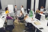 profesionální mladých mnohonárodnostní podnikatelé pracují společně v open space kanceláři