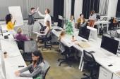 magas, szög, kilátás a szakmai többnemzetiségű üzletemberek együtt dolgoznak, a nyitott terű munkahely