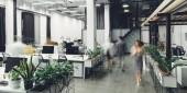 moderní otevřený prostor kanceláře interiéru s rozmazané se spolupracovníky