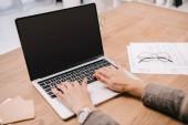 Üzletasszony: a dokumentumok és a szemüveg munkahely Laptop gépelés érdekében vágott