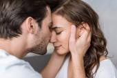 zblízka šťastný muž líbání nos přítelkyně