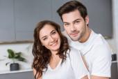 příjemný romantický pár usmívající se při pohledu na fotoaparát
