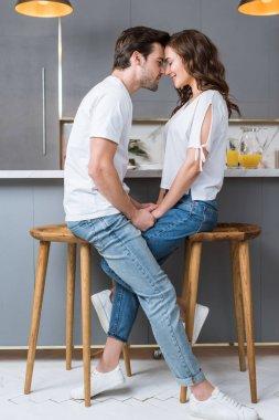 Mutfakta ellerini tutarak ile kapalı gözler gülümseyen çift