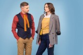 atraktivní módní pár formální oblečení suport, izolované na modré