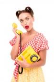 překvapený pin se dívka mluví o vinobraní žluté telefonu