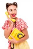 Usmívající se pin se dívka mluví o vinobraní žluté telefonu