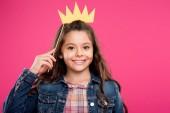 adorabile bambino felice tiene Corona sul bastone di partito e che guarda lobbiettivo isolato sul colore rosa