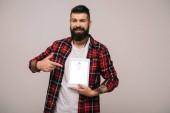 vousatý muž v kostkované košili na digitální tablet s aplikací skype, izolované Grey