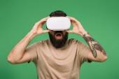 bärtiger Mann überrascht mit Virtual-Reality-Headset