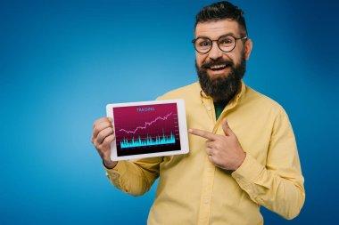 Dijital tablet tariding app, mavi izole ile işaret mutlu sakallı adam
