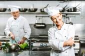 gyönyörű női szakács és az étterem konyha főzés közben kétsoros gombolású kabát férfi szakács