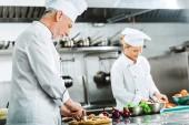 Fényképek elsősorban a férfi és női szakácsok egységes főzés étterem konyha