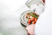 részleges kilátás nyílik a férfi szakács dome kiszolgálása tálcán hús étel étterem konyha tartja
