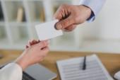 vágott nézet üzletember üres névjegykártya adva női munkatársa