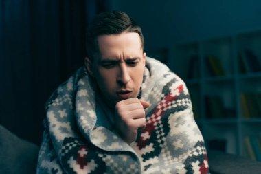 yakışıklı adam grip evde yaparken öksürük
