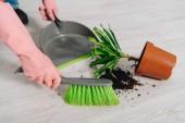 Fotografie Částečný pohled žena v růžové gumové rukavice zametání podlahy