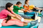 Fényképek Gyerekek fitness szőnyeg stretching világos ruhát