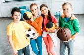 Všm dětem ve sportovní lodě s míčky