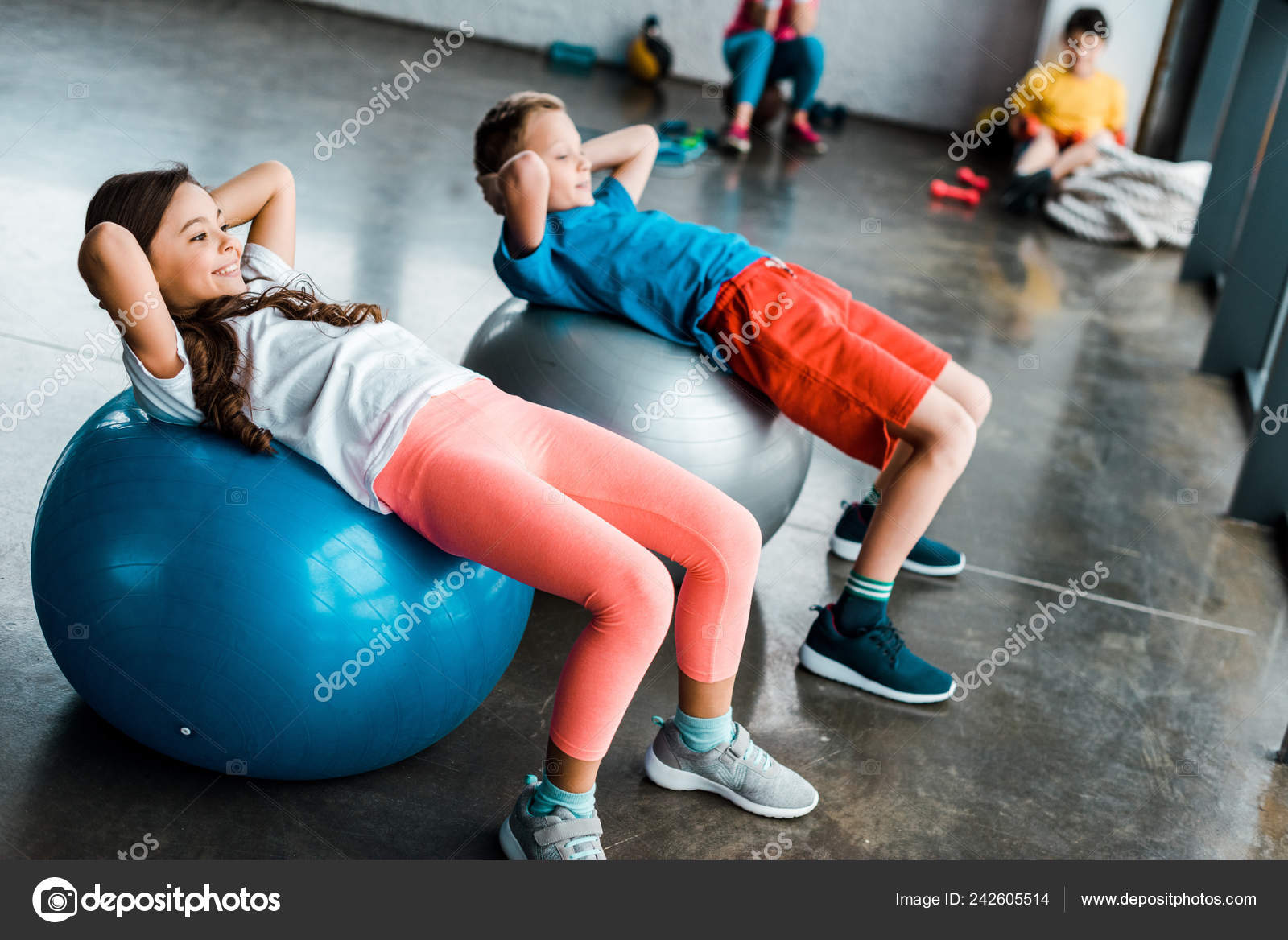 kinderen doen abs oefening met fitness ballen \u2014 stockfotoFitness Ballen #11