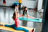 Fényképek Gyerekek csinálnak hálóléhés edzőteremben fitness szőnyeg