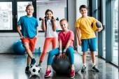 Směje se nedospělý děti pózuje s sportovní vybavení
