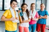 Fotografie Gruppe von Kindern mit Handtüchern, die nach dem training gemeinsam posieren