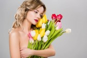 mladé krásné nahé jarní žena s tulipány izolované Grey