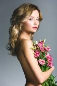 krásná nahá dívka drží kytici eustoma izolované Grey