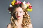 krásná dívka s věncem květů na vlasy izolované Grey