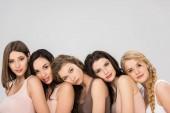 krásné mladé ženy dávat hlavy na ramenou navzájem izolované Grey