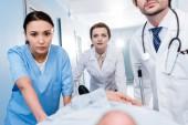 Fényképek Nézd, az orvosok szállítására beteg együtt nyírt