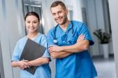 Usmívající se lékaři v modré uniformě stetoskop a schránky
