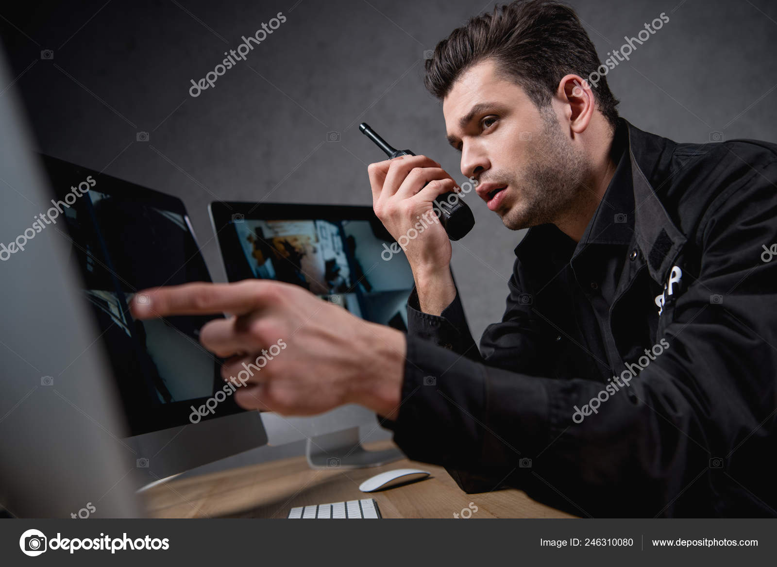 f36bb9d6 Guard Uniform Talking Walkie Talkie Looking Computer Monitor — Stock Photo