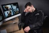 Fotografie hezký stráž v jednotné spaní na pracovišti
