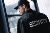 zadní pohled na krásný strážný v uniformě s sluchátka