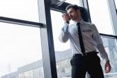 krásný strážný v obleku hovorem walkie-talkie