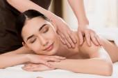 oříznutý pohled masér dělá masáž zad pro krásnou ženu