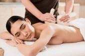Selektivní fokus ženy návrat masáž se zavřenýma očima