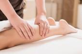 částečný pohled masér dělá masáž nohou k ženě v lázních