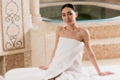 Fotografia donna asiatica attraente in asciugamano, rilassarsi e riposare presso spa