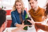 selektiven Fokus des Lächelns und attraktive Freunde jubeln mit Limo und Bier im Café