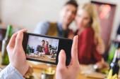 selektiven Fokus Frau nehmen Foto des Paares im café