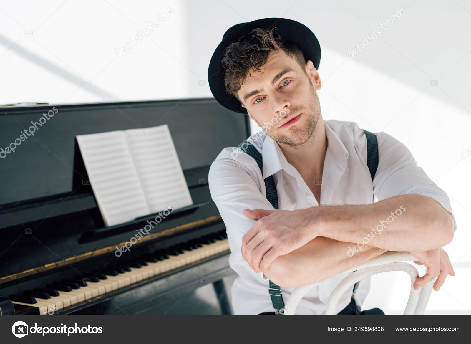 Dreamy Pianist White Shirt Black Hat Looking Camera — Stock Photo