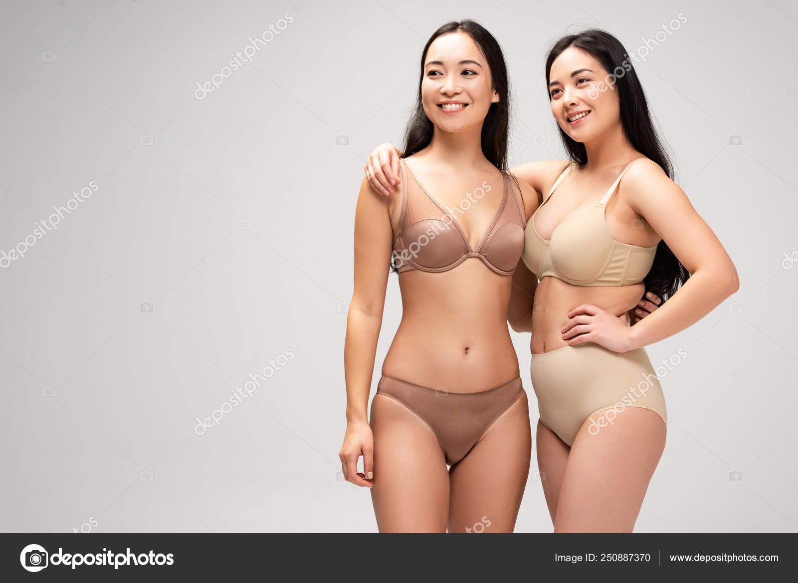 eaec56bb8a86 Dos Mujeres Bastante Multiétnicas Lencería Abrazándose Sonriendo ...
