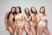 pět usmívající se pěkně multikulturní dívky izolované Grey, tělo pozitivity koncept
